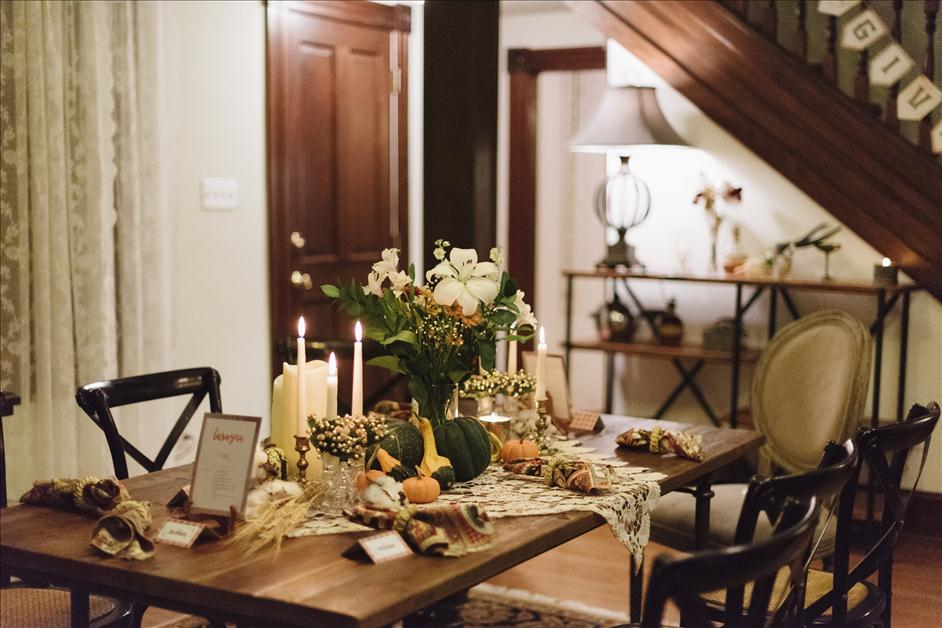 Decorated Thanksgiving dining room table