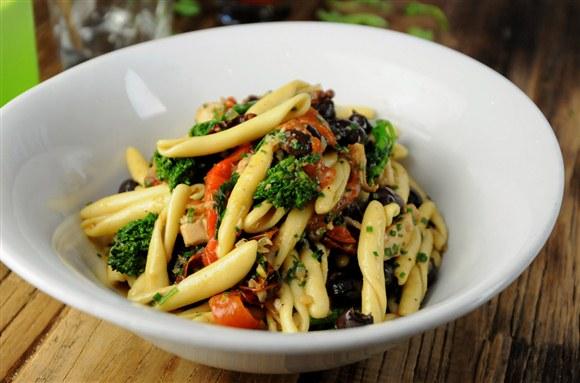 Calabresi, Chicken, Rapini Roasted Red Pepper, Olives - KiWe Kitchen