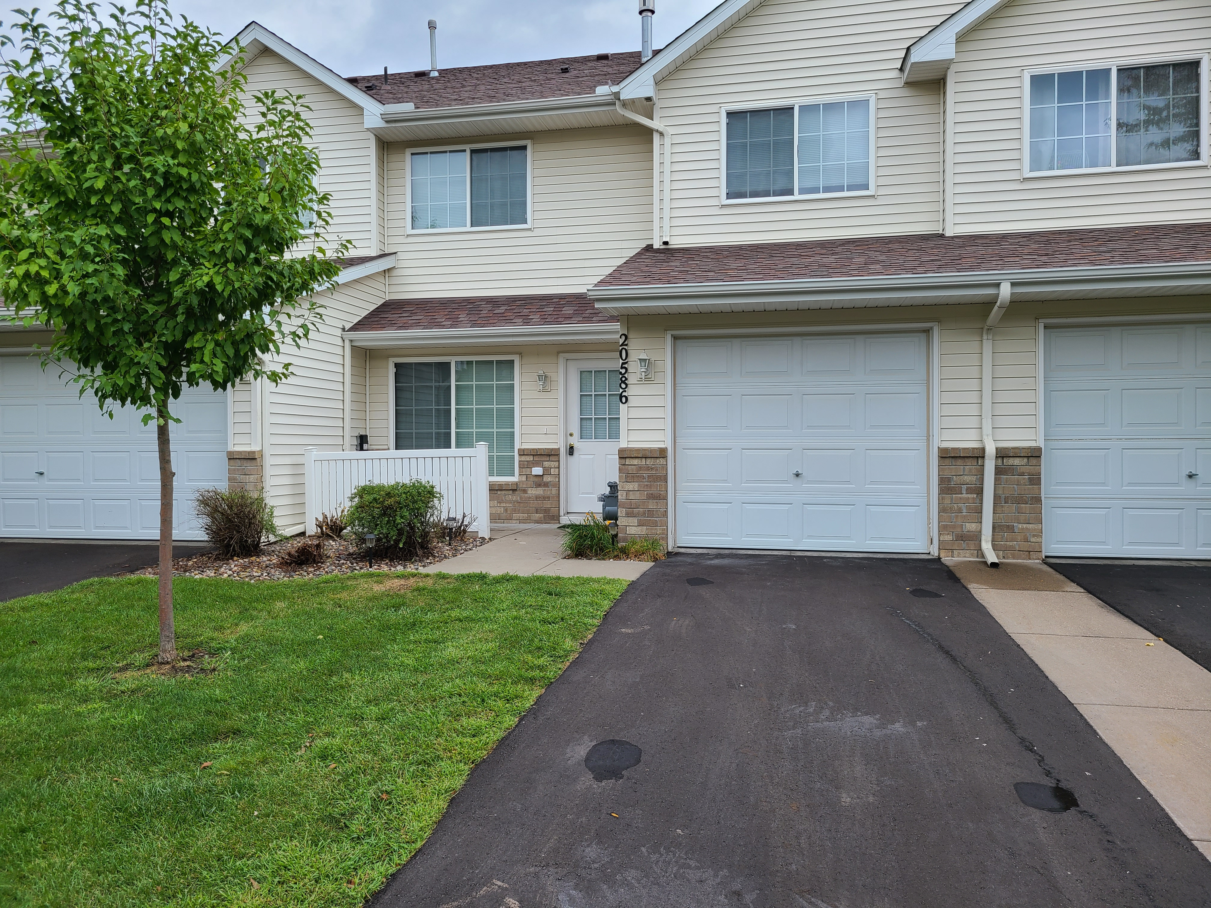Renovated 2-bed, 1.5 townhome available now in Farmington!