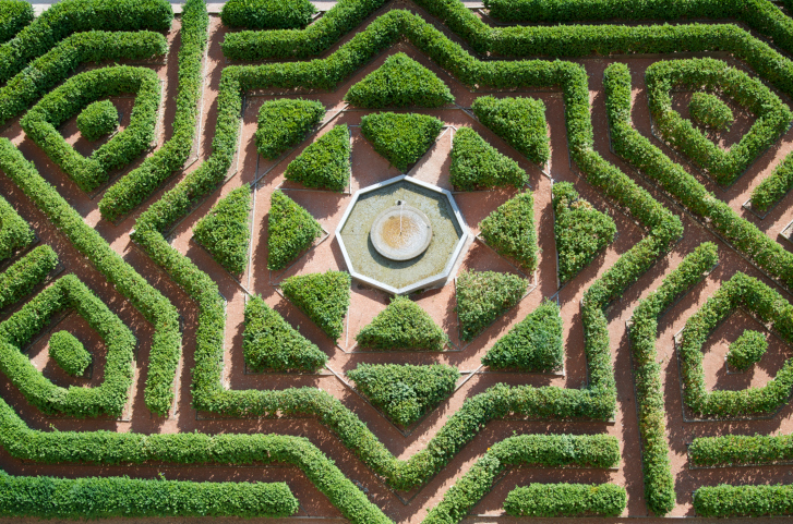 Extensive hedge maze with fountain in the center (aerial picture)