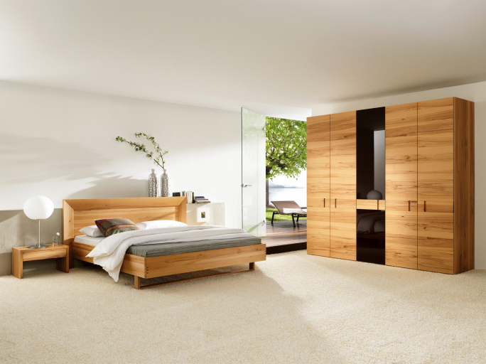 Decoracion Reciclada Para Dormitorios ~ Large natural wood bedroom with large light wood wardrobe, white walls