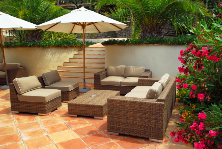 private wall enclosed patio with stylish modern patio furniture - Patio Wall Design