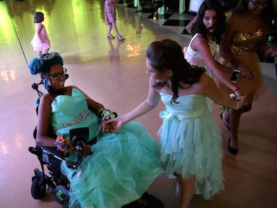 Last dance: Hundreds attend prom for dying Wisconsin teen