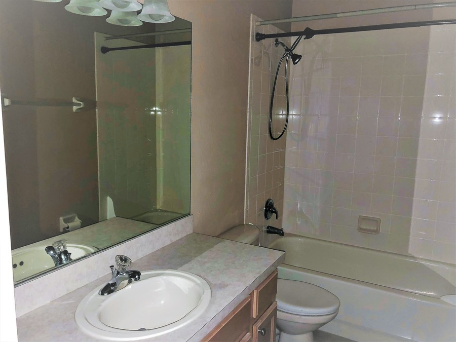 14155_mailer_blvd_bathroom_-2
