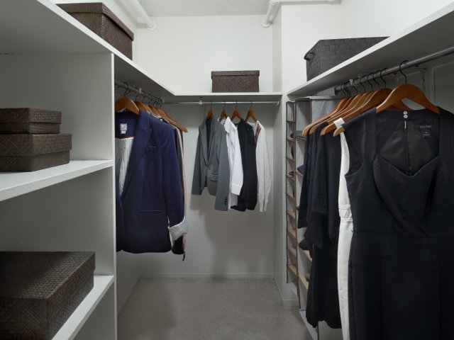 Presidential-towers-chicago-il-spacious-walk-in-closets