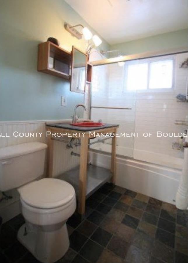 3025moorhead_bathroom