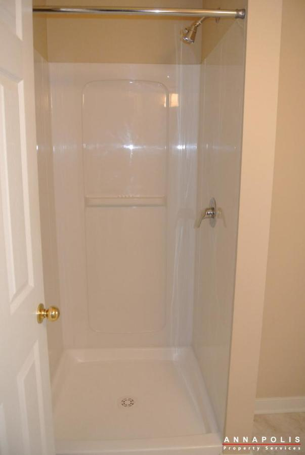 805-latchmere-court--id600-bath-two-shower