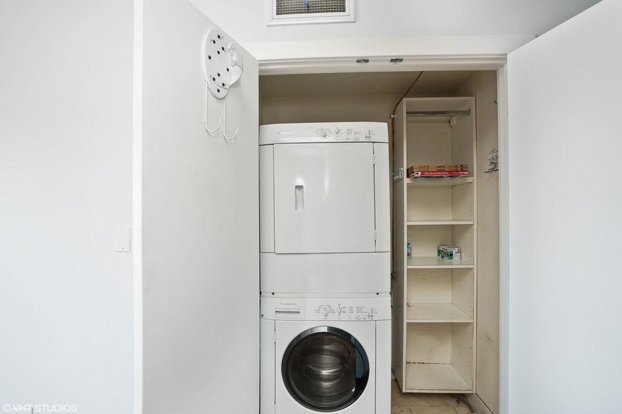 09_1927nmilwaukee_unit303_44_laundryroom_hires