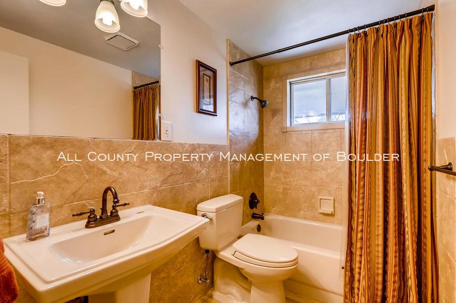 1242_sumner_st_longmont_co-large-029-33-bathroom-1500x998-72dpi