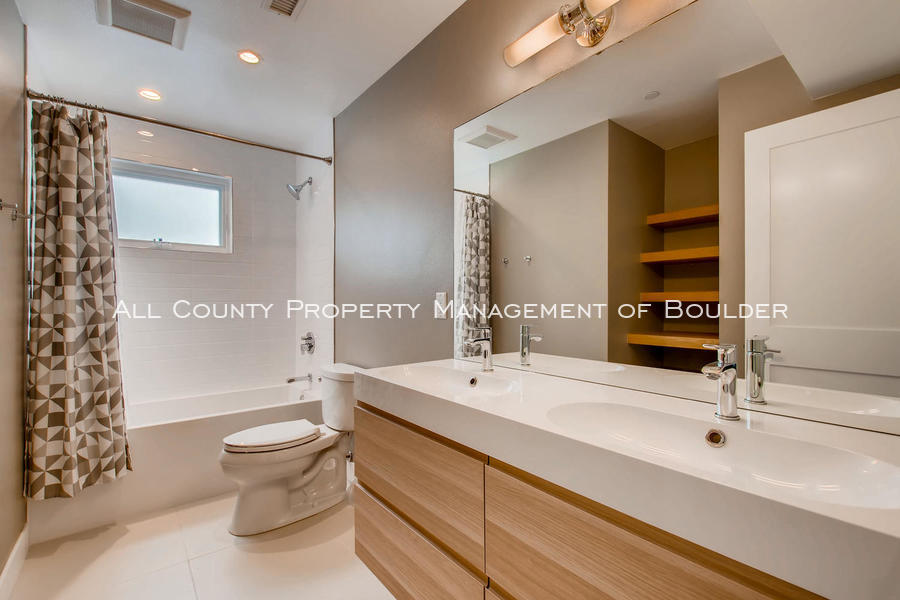 2056_walnut_st_a_boulder_co-large-017-28-2nd_floor_bathroom-1500x1000-72dpi