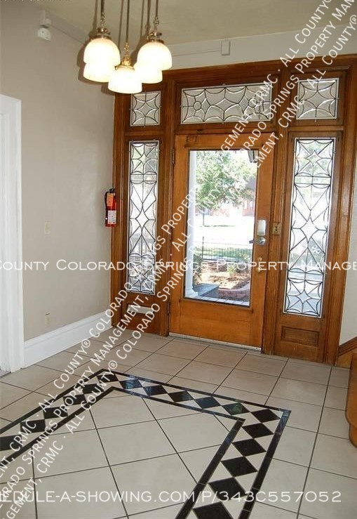 Room_for_rent_near_colorado_college-foyer