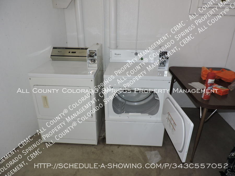Room_for_rent_near_colorado_college-laundry3