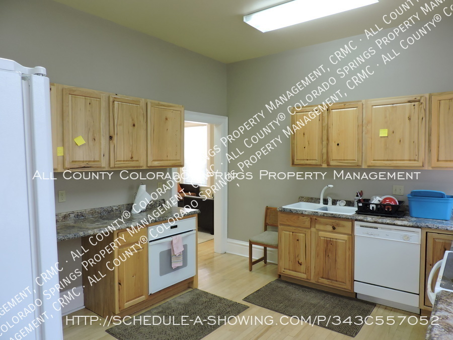 Room_for_rent_near_colorado_college-main_kitchen