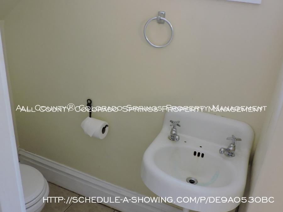 Room_for_rent_near_colorado_college-half_bath