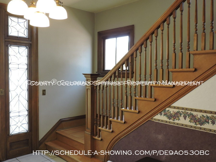 Room_for_rent_near_colorado_college-main_staircase