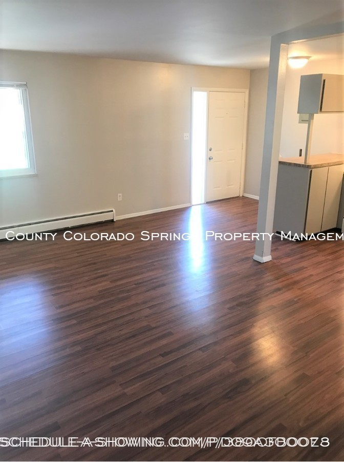 Apartment_for_rent_close_to_peterson_air_force_base_afb-view_from_living_room_to_front_door