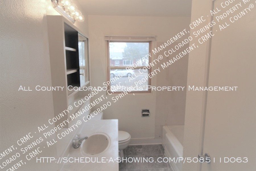 Small_1-level_home_for_rent_near_fort_carson_military_base_and_norad_at_cheyenne_mountain-bathroom