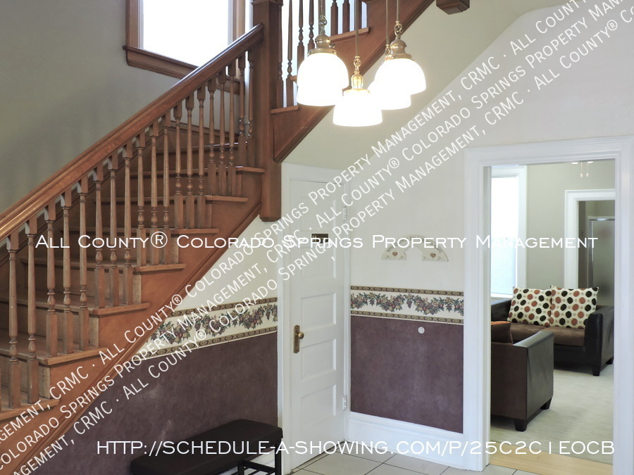 Downtown_studio_apartment_for_rent_in_victorian_home_near_colorado_college_cc-foyer2