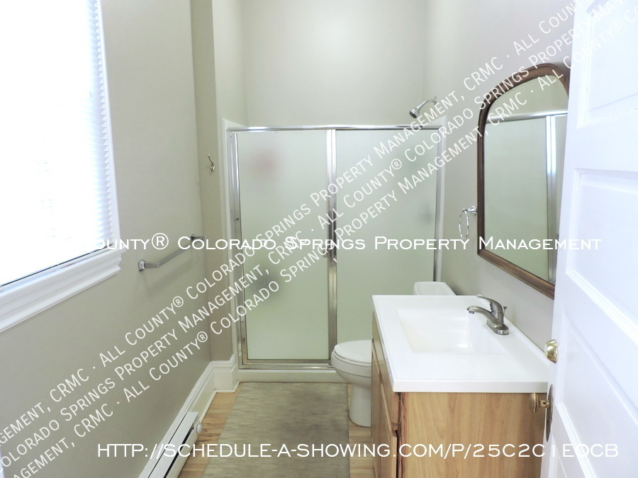 Downtown_studio_apartment_for_rent_in_victorian_home_near_colorado_college_cc-full_bath