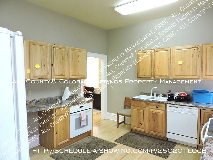 Downtown_studio_apartment_for_rent_in_victorian_home_near_colorado_college_cc-kitchen