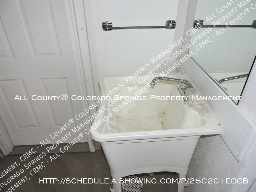 Downtown_studio_apartment_for_rent_in_victorian_home_near_colorado_college_cc-laundry2