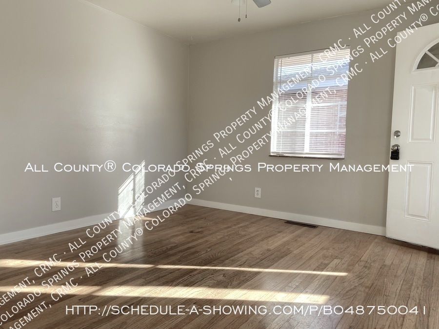 1_bedroom__1_bath_condo_for_rent_on_colorado_springs_west_side_near_fort_carson_military_base-living_room