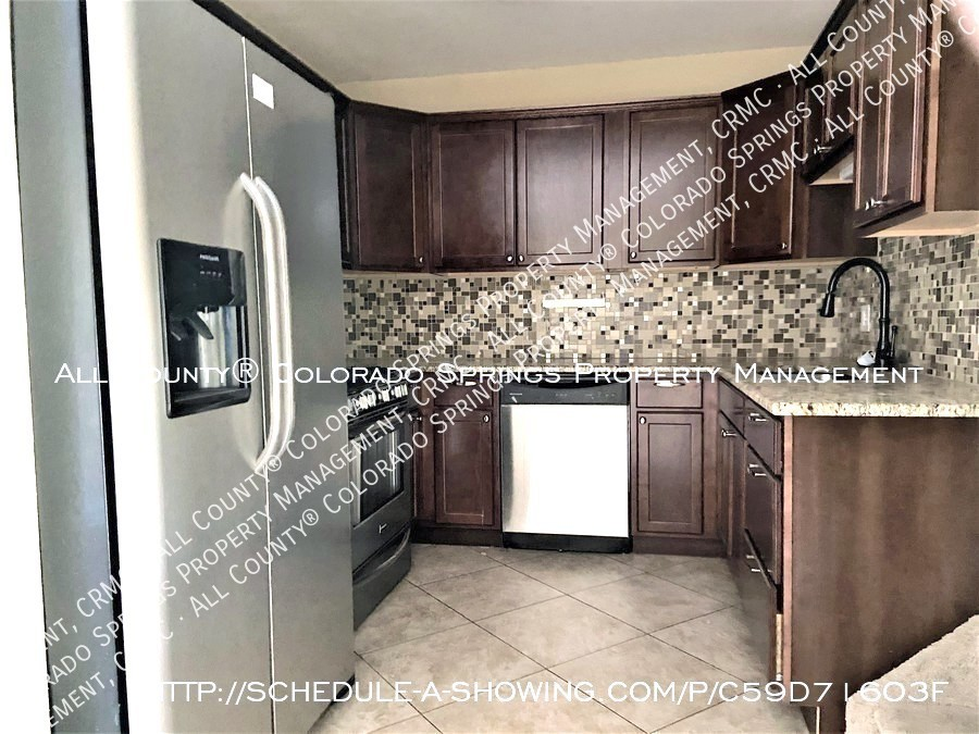 3-bedroom_townhome_for_rent_near_mountains_and_cheyenne_mountain_air_force_station-kitchen
