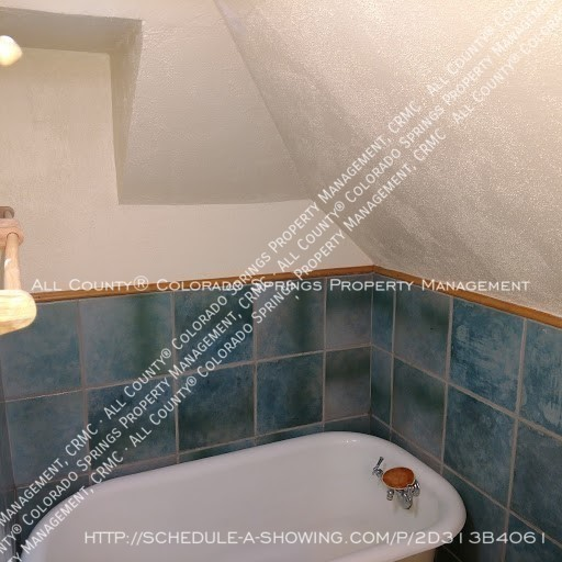 1-bedroom_apartment_for_rent_in_downtown_colorado_springs_victorian_home_near_colorado_college-bathroom_tub