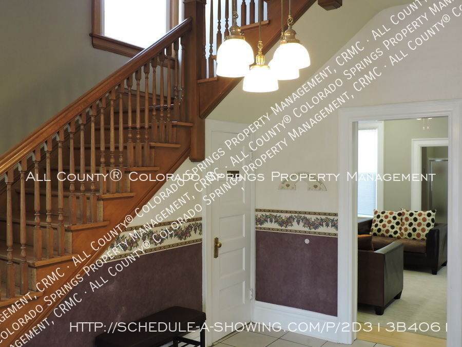 1-bedroom_apartment_for_rent_in_downtown_colorado_springs_victorian_home_near_colorado_college-foyer2