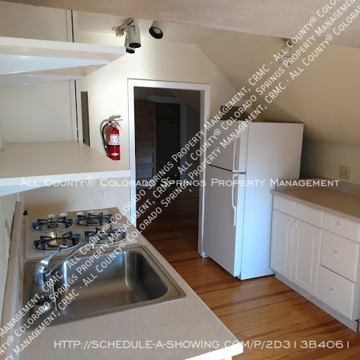1-bedroom_apartment_for_rent_in_downtown_colorado_springs_victorian_home_near_colorado_college-kitchen2