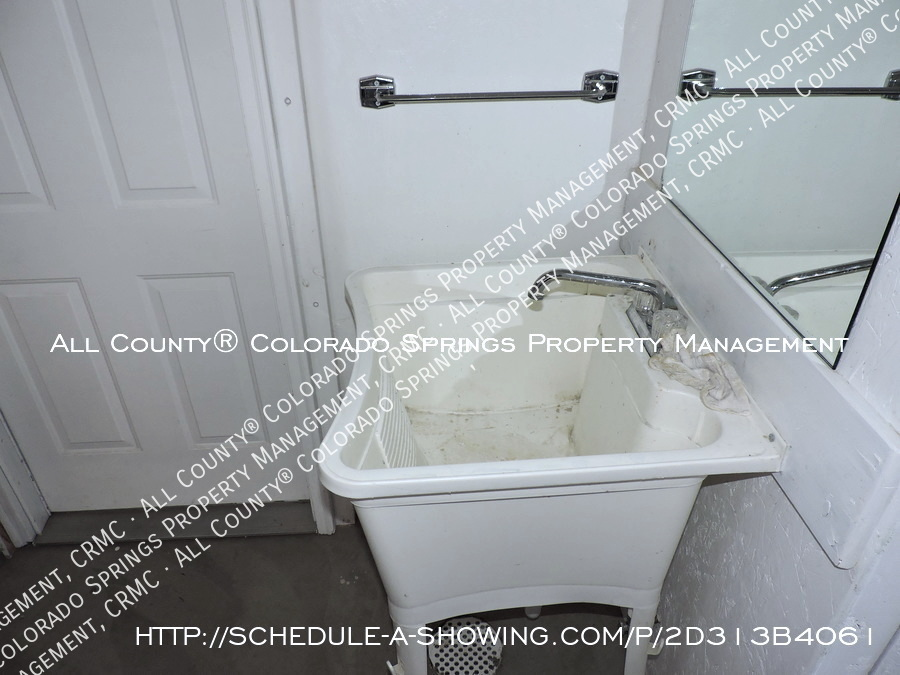 1-bedroom_apartment_for_rent_in_downtown_colorado_springs_victorian_home_near_colorado_college-laundry