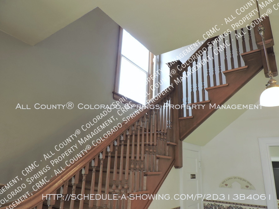 1-bedroom_apartment_for_rent_in_downtown_colorado_springs_victorian_home_near_colorado_college-staircase2