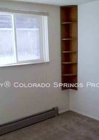Well_maintained_2-bedroom_apartment_for_rent_on_colorado_springs_west_side_near_old_colorado_city_and_garden_of_the_gods-3