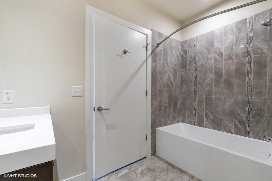 4_760central4m_8_bathroom_lowres