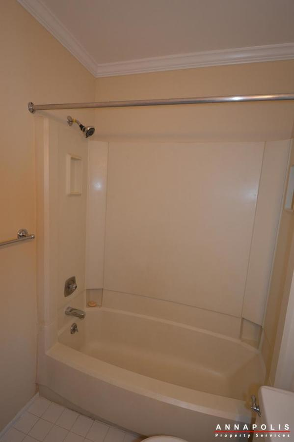 1400-foxwood-court-id692-bathroom-b