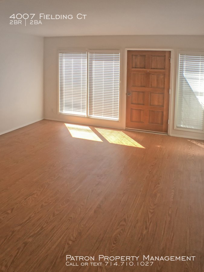 A_living_room_with_view_of_front_door