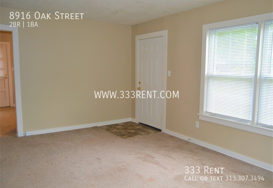 1.living_room_with_picture_window