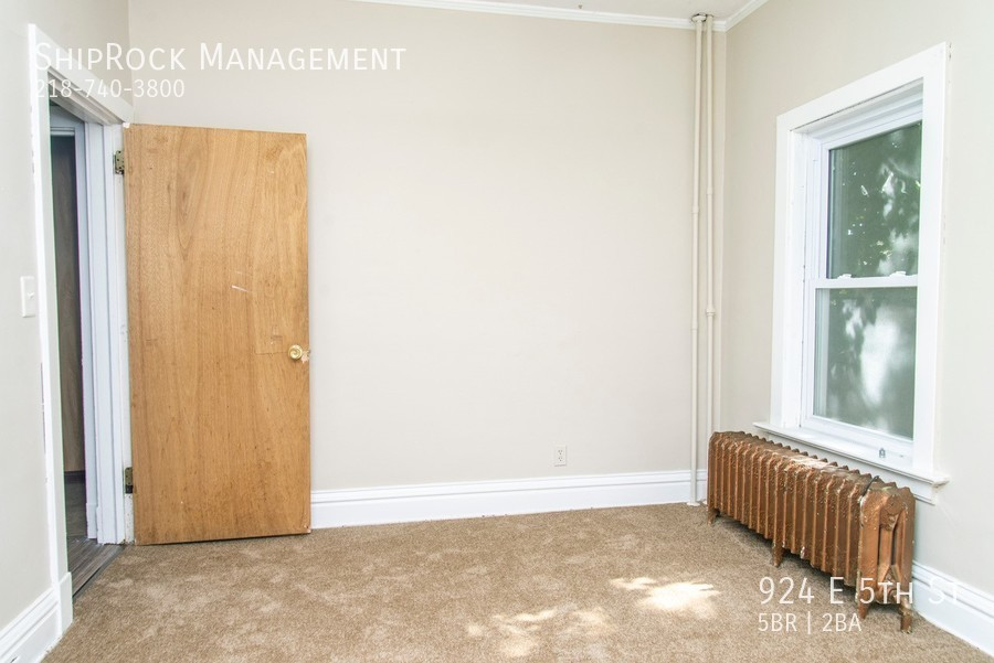 924 e 5th st bedroom