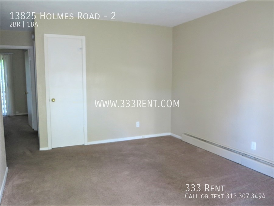 2front room with carpet