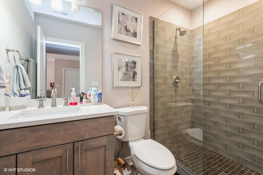 4 920woakdaleunit1n 8 bathroom lowres