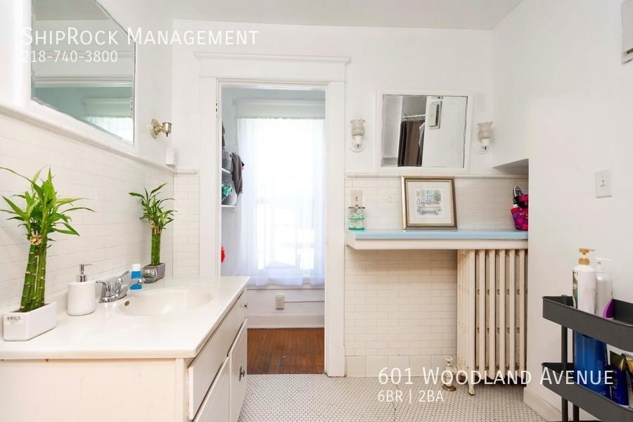 601 woodland ave bathroom