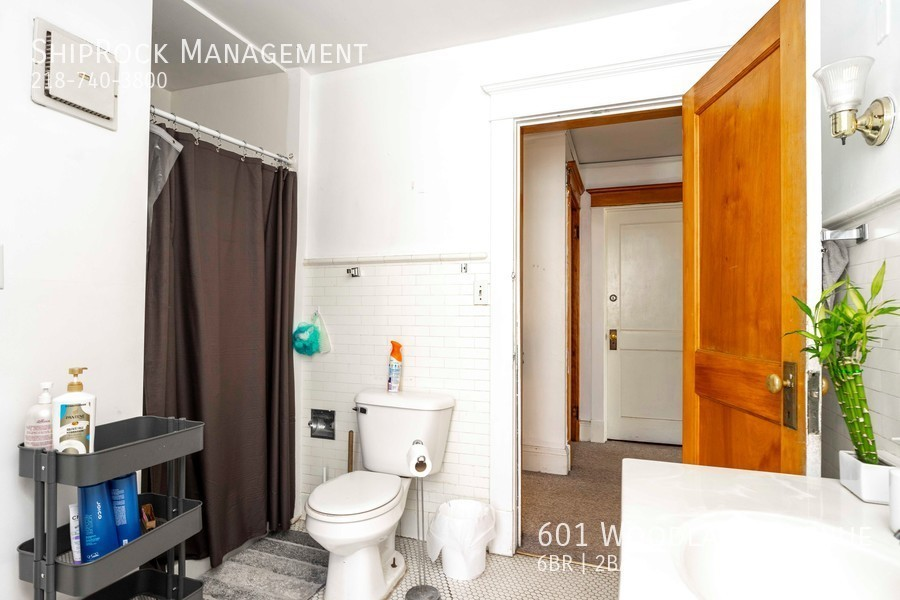 601 woodland ave bathroom1