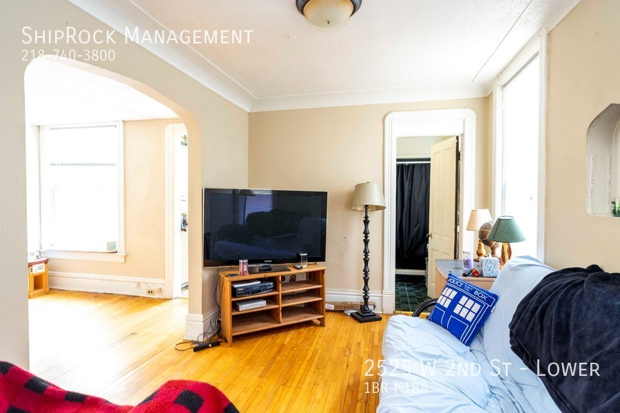 2525 w 2nd st lower living1