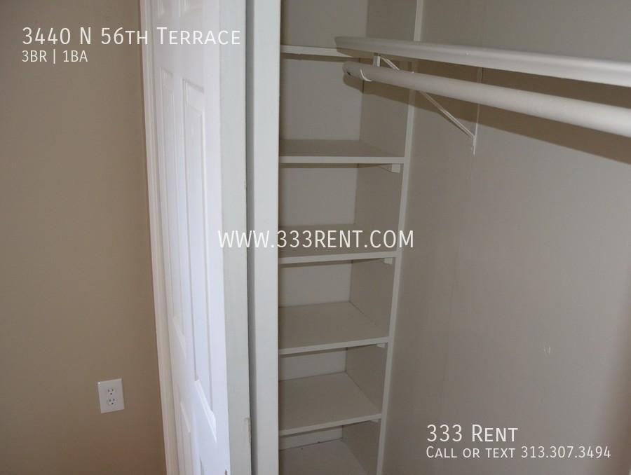 6bedroom 1 closet organizer
