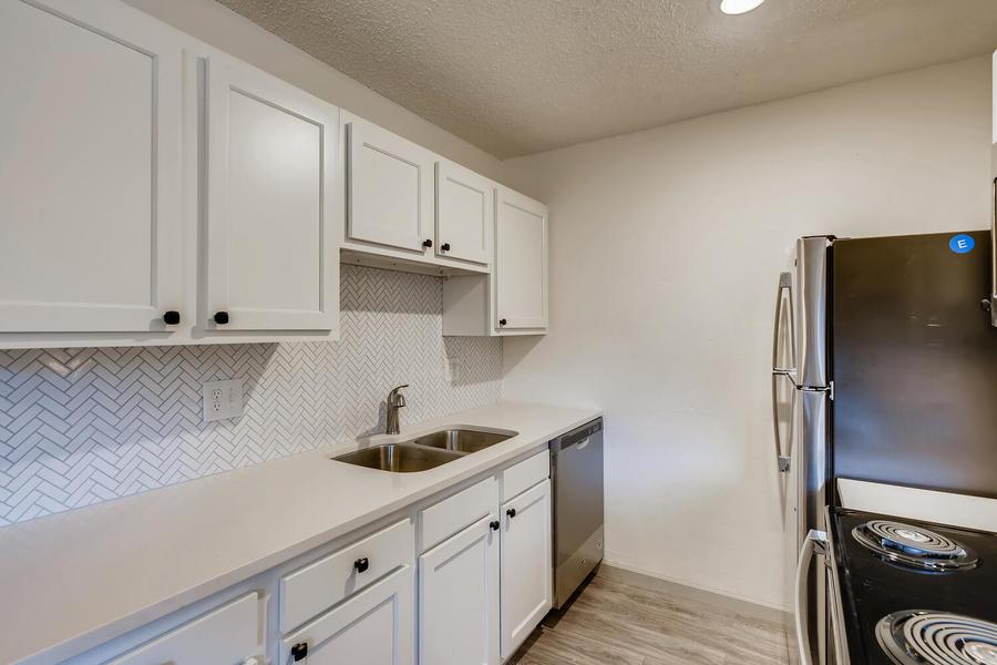 2660 ingalls st edgewater co large 025 022 16 kitchen 1500x1000 72dpi