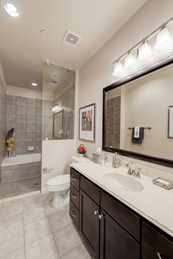 25la maison at river oaks bathroom1