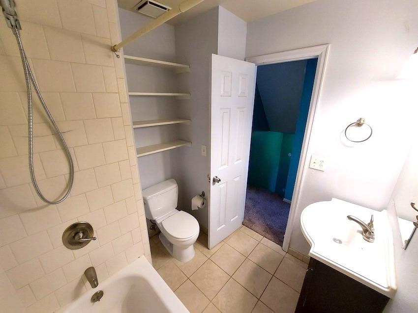 27480441 bathroom   upstairs %282%29