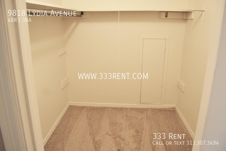 13walk in closet bedroom 4