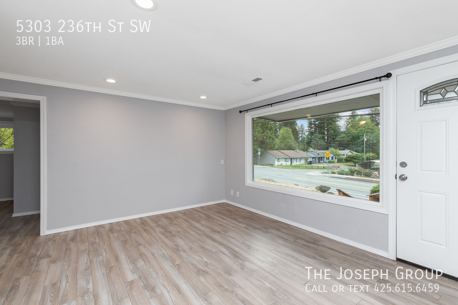 Beautifully updated 3bed/1ba in Mountlake Terrace! This sun-filled hom - Photo 2
