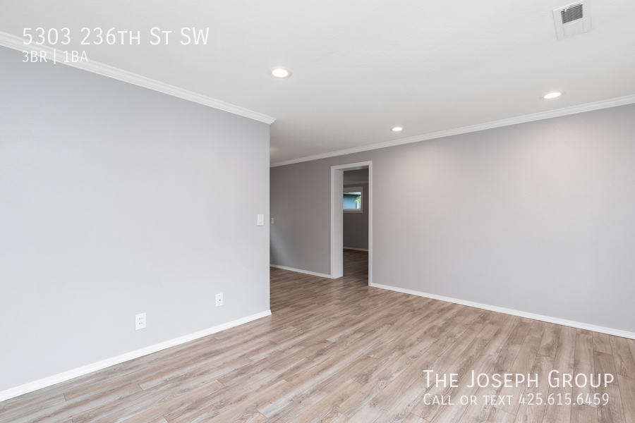 Beautifully updated 3bed/1ba in Mountlake Terrace! This sun-filled hom - Photo 3